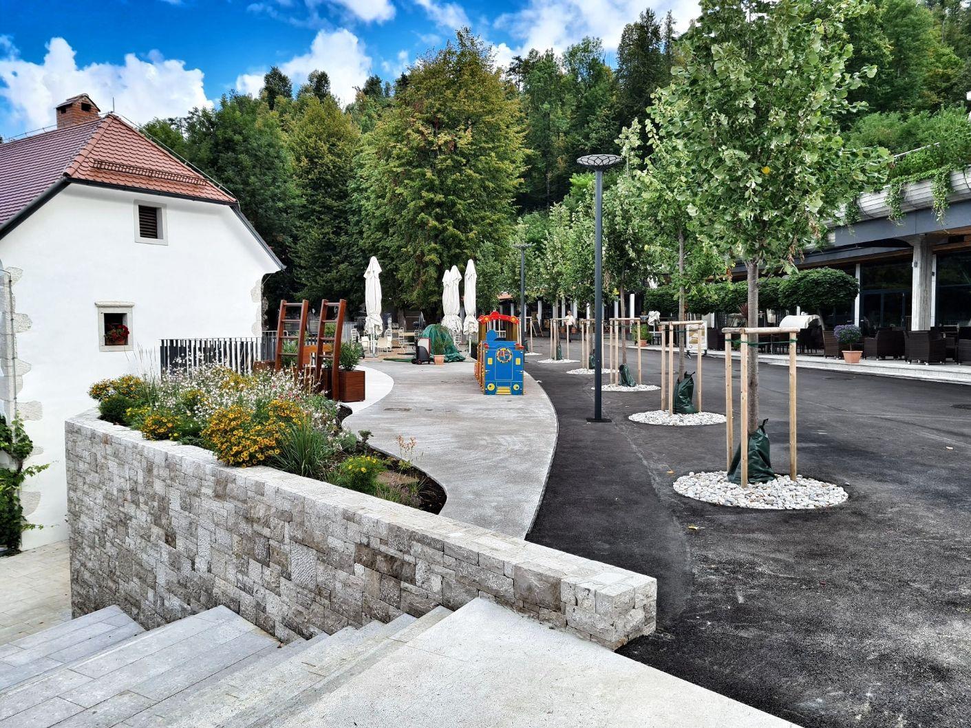 Ureditev promenade pred Postojnsko jamo
